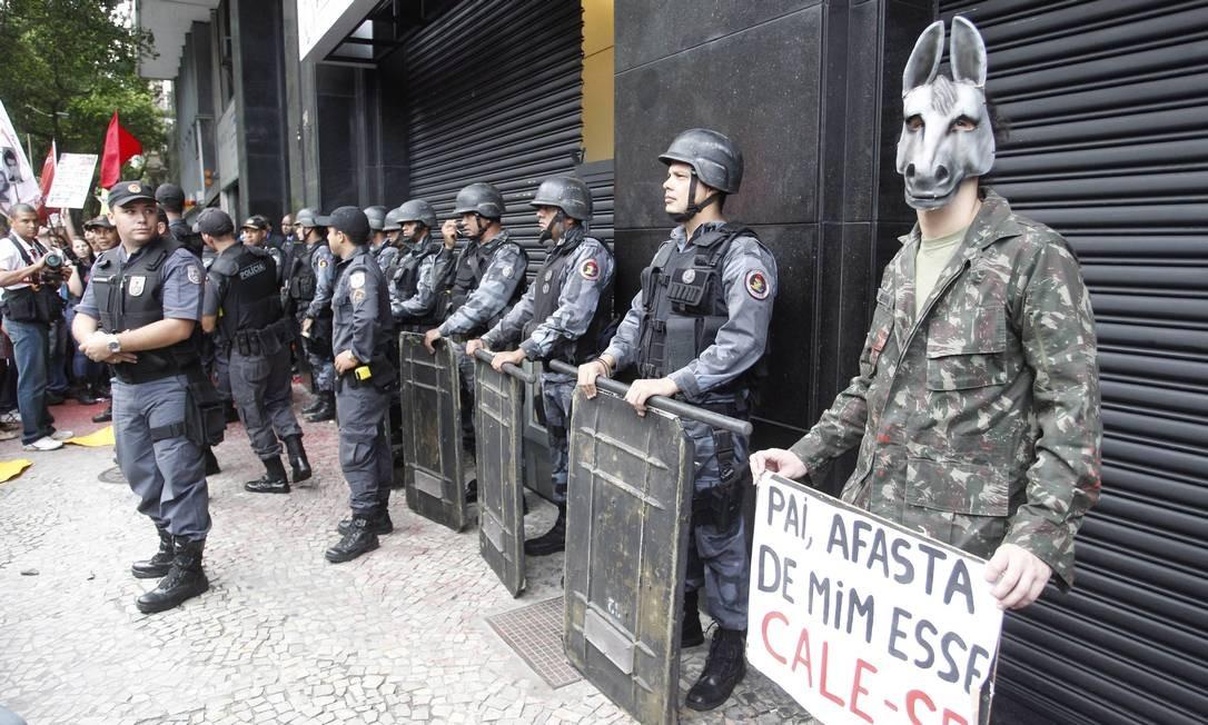 Em 2012, um ato de militares em comemoração ao golpe de 1964 atraiu manifestantes contra o regime e terminou em confronto Foto: Marcelo Carnaval / Agência O Globo