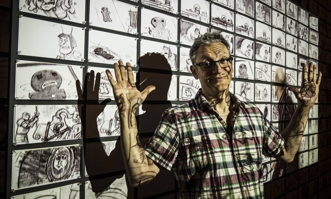 Torresan na exposição da DreamWorks no CCBB, na sala dedicada à criação de histórias e storyboards Foto: Guito Moreto / Agência O Globo