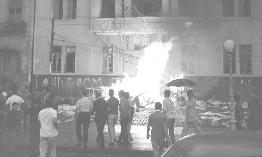 O fogo destrói o prédio da UNE, na Praia do Flamengo Foto: Agência O Globo