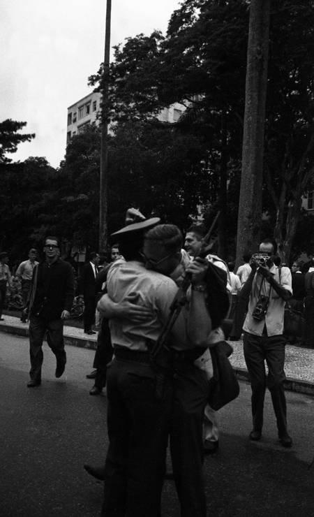 Civil e miltar, armados, confraternizam em frente ao Palácio Guanabara Foto: Agência O Globo