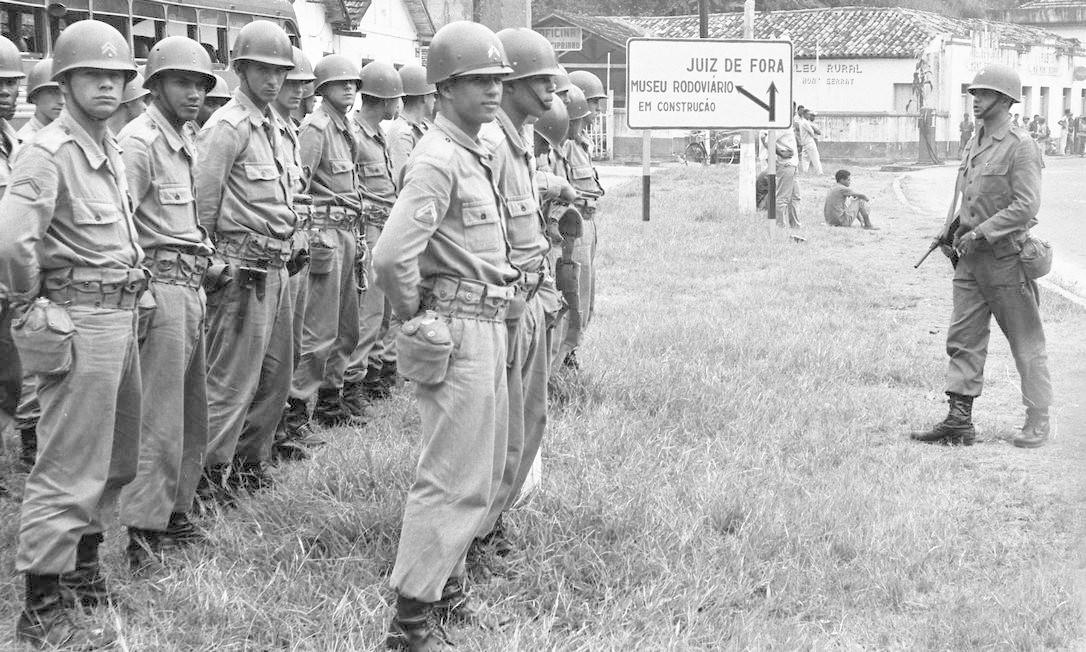 Soldados do Exército em Juiz de Fora (MG), a caminho do Rio de Janeiro Foto: Agência O Globo