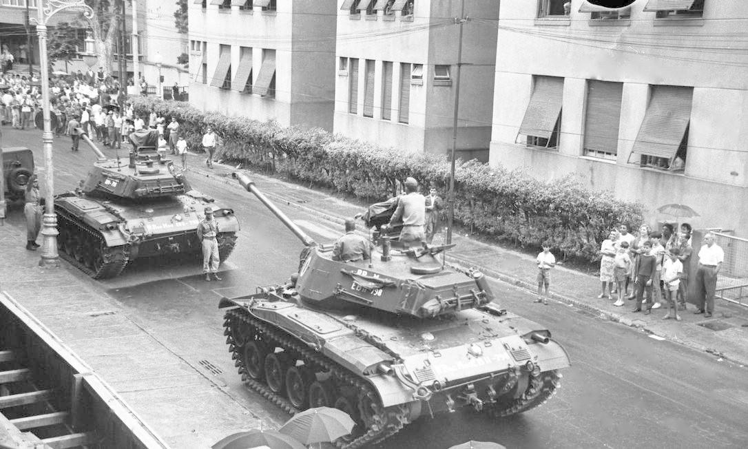 Tanques do Exército na rua Gago Coutinho, em Laranjeiras Foto: Agência O Globo