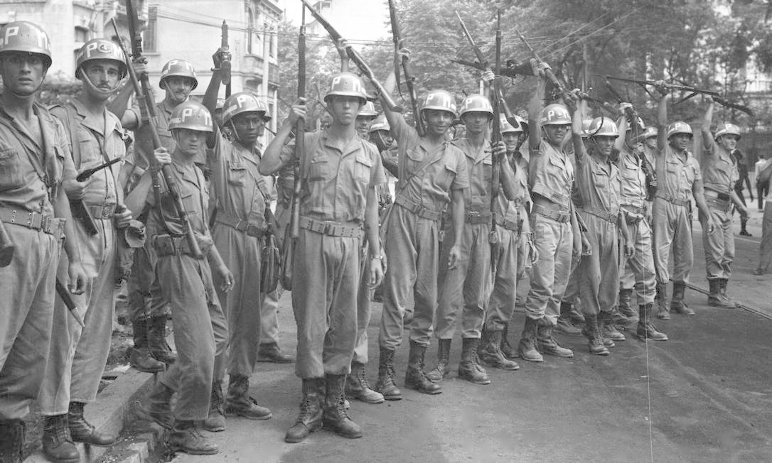 Soldados armados do Exército na Rua das Laranjeiras Foto: Agência O Globo