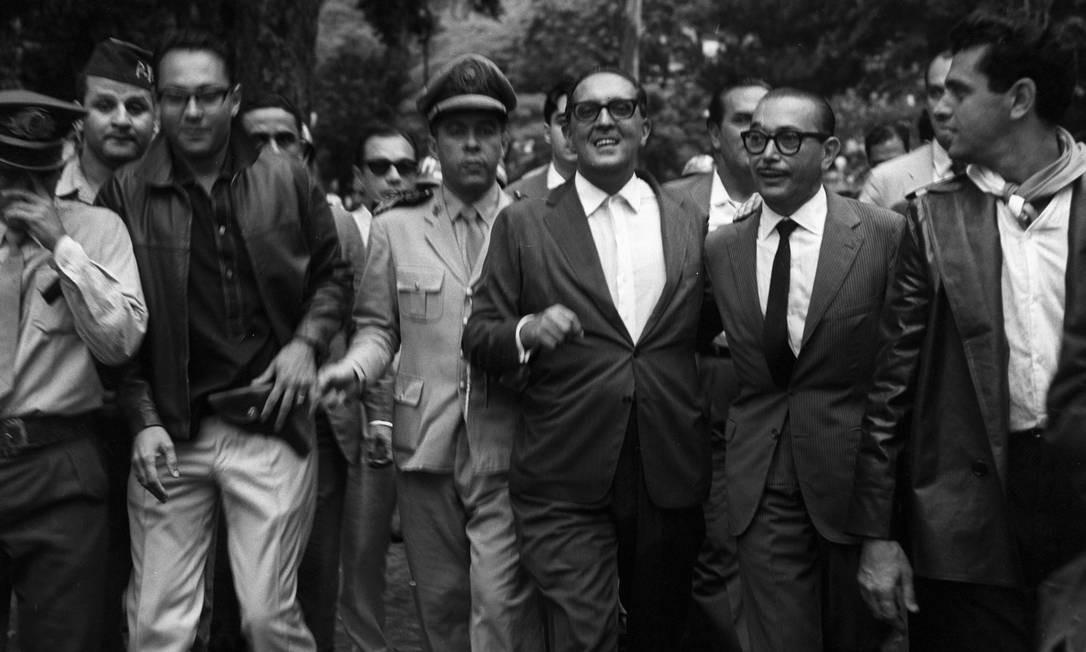 Carlos Lacerda, entrincheirado com militares e populares à espera de uma reação dos aliados de João Goulart Foto: Agência O Globo