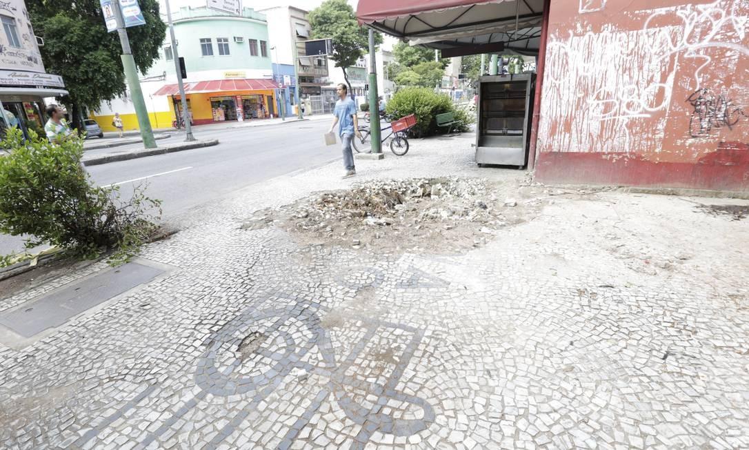 Queda de árvore prejudicou a calçada na altura da Rua Gonzaga Bastos Foto: Marcos Ramos / Agência O Globo