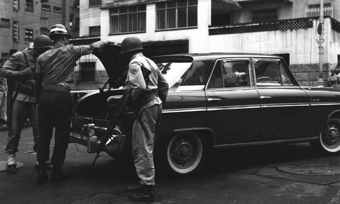 Soldados fazem revista em automóvel Foto: Agência O Globo
