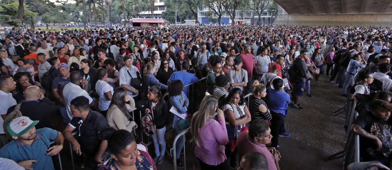 Milhares se aglomeraram no labirinto de alambrados formado para organizar o mutirão do emprego em São Paulo Foto: Edilson Dantas / Agência O Globo