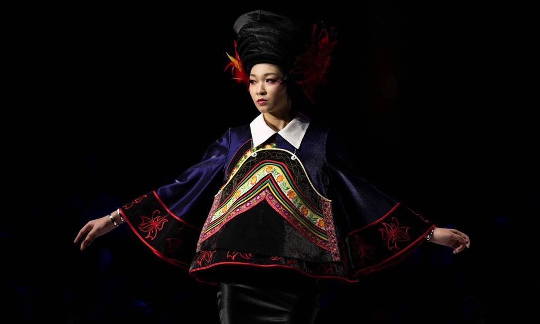 Modelo apresenta a coleção de Zhang Kejia durante a Semana de Moda da China, em Pequim Foto: NICOLAS ASFOURI / AFP