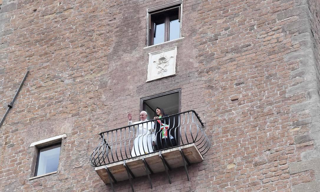 A prefeita de Roma, Virginia Raggi, mostra ao Papa Francisco a vista do Fórum Romano de uma sacada durante a visita do Papa à prefeitura, no Monte Capitólio Foto: TIZIANA FABI / AFP