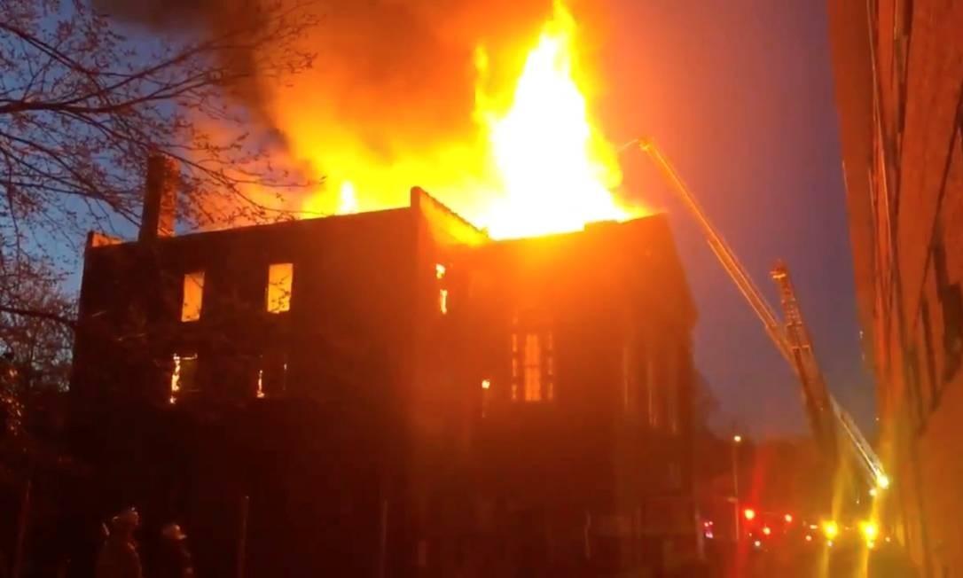 Bombeiros lutam contra as chamas que tomaram o museu de Karpeles em Saint Louis, nos Estados Unidos Foto: HANDOUT / REUTERS