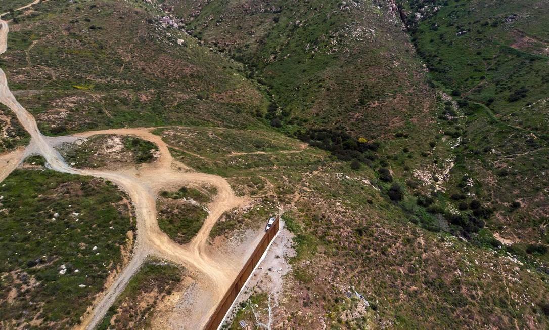 Uma unidade da Patrulha de Fronteira monta guarda ao lado do fim do muro que divide a fronteira entre Estados Unidos e México Foto: GUILLERMO ARIAS / AFP
