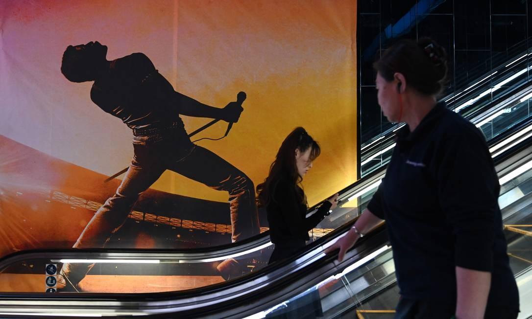 Um pôster anuncia o filme Bohemian Rhapsody em um cinema em Pequim. Cenas que faziam referências sobre a sexualidade do vocalista Freddie Mercury foram censuradas na China Foto: GREG BAKER / AFP
