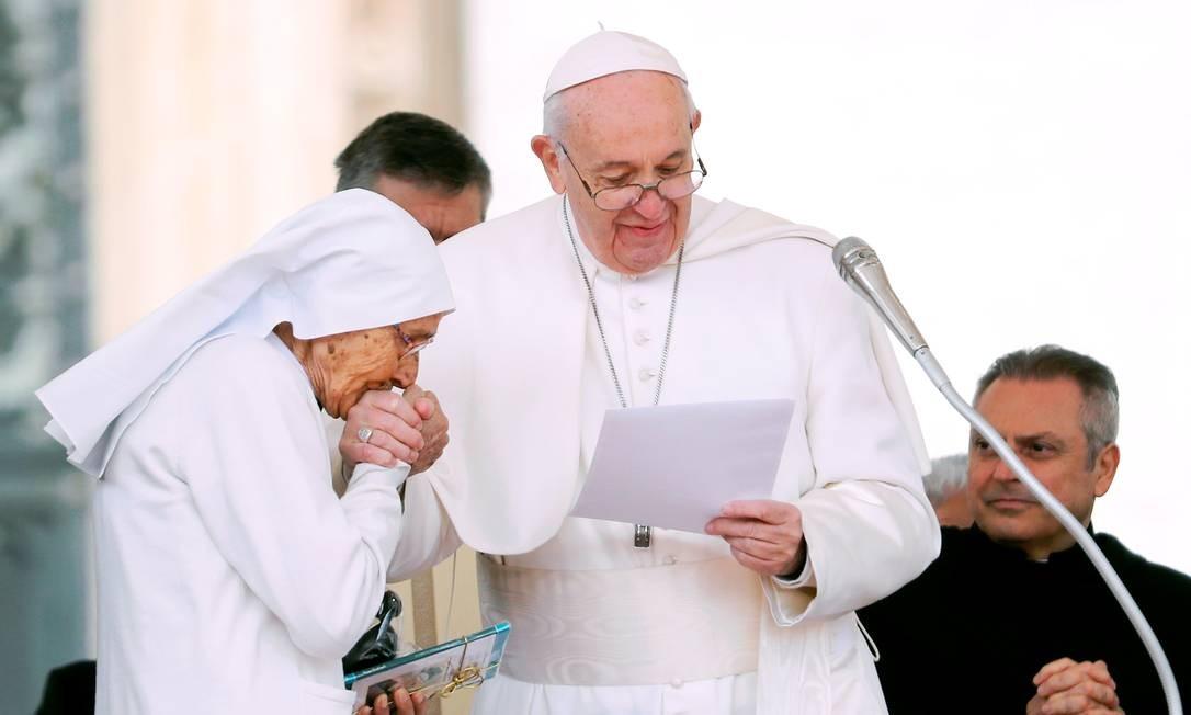 O papa Francisco cumprimenta a irmã Maria Concetta Esu, obstetra que estava trabalhando em uma missão na África. O encontro aconteceu enquanto o papa realizava a audiência-geral na Praça de São Pedro, no Vaticano Foto: REMO CASILLI / REUTERS