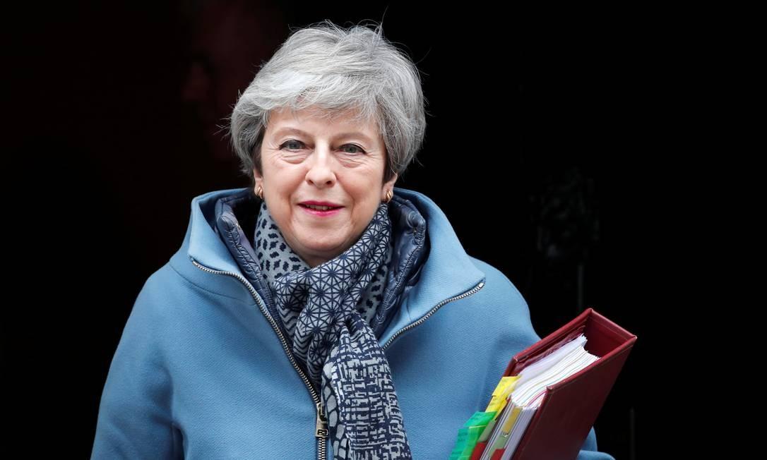 A primeira-ministra da Grã-Bretanha, Theresa May, deixa sua residência para enfrentar uma votação sobre opções alternativas ao Brexit. Ela corre contra o tempo para conseguir o apoio do parlamento britânico Foto: ALKIS KONSTANTINIDIS / REUTERS