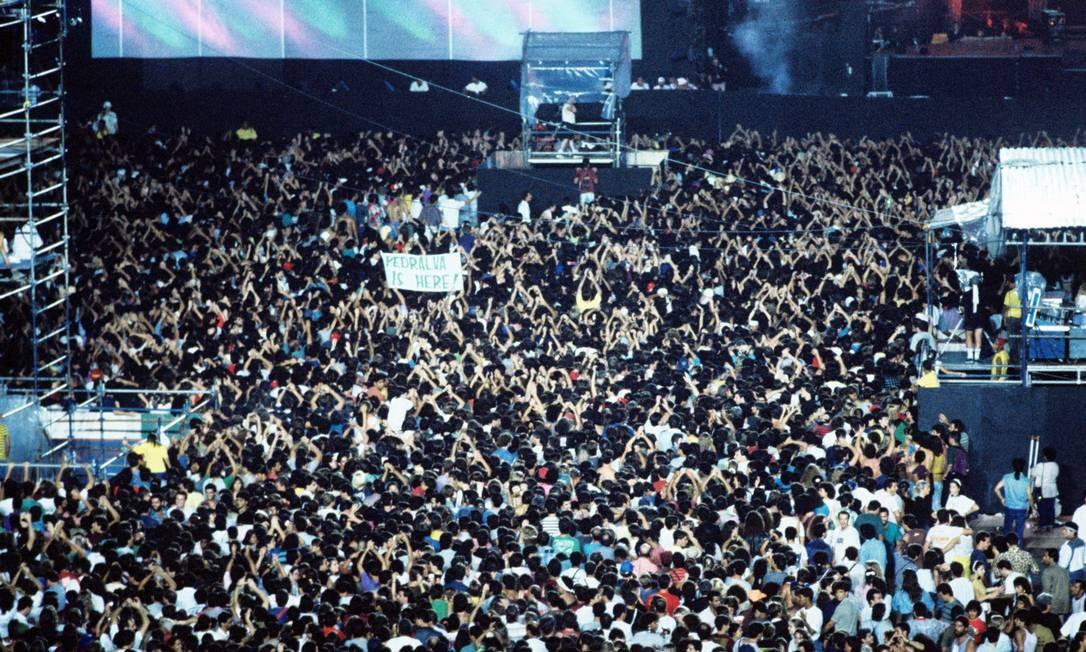 """A novidade esperada pelo público brasileiro na """"Paul McCartney World Tour"""" era, depois de muito tempo, poder ouvir, em sua interpretação, músicas dos Beatles. E ele não decepcionou a multidão. Foto: O Globo"""