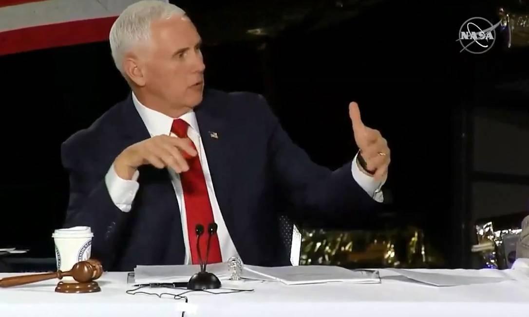 Em imagem da TV Nasa, Mike Pence fala durante reunião do National Space Council em Huntsville, Alabama Foto: HO / AFP