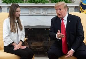 Donald Trump recebe Fabiana Rosales, mulher do líder opositor venezuelano Juan Guaidó no Salão Oval Foto: SAUL LOEB / AFP