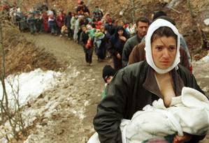Mulher de origem albanesa amamenta bebê enquanto foge de Kosovo para Macedônia, em março de 1999 Foto: Damir Sagolj / Reuters