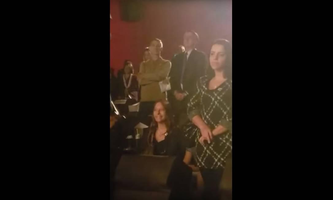 """Na manhã de terça, no meio da crise entre governo e Congresso, Bolsonaro acompanhou a mulher Michelle em sessão de cinema em Brasília. O presidente e a primeira-dama assistiram ao filme """"Superação - o milagre da fé"""" Foto: Reprodução / Reprodução"""