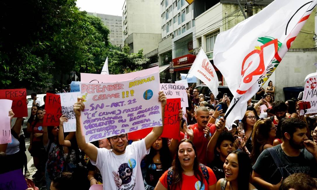 Estudantes fazem manifestação contra Bolsonaro e governo militar na porta da Universidade Presbiteriana Mackenzie, em São Paulo Foto: Aloisio Mauricio / Fotoarena/Agência O Globo