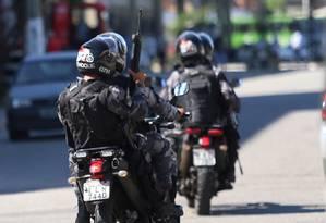 Policiamento foi reforçado nas entradas da comunidade do Lixão nesta quarta-feira Foto: fabiano rocha / Agência O Globo