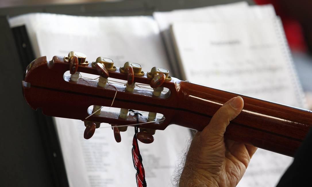 Músico toca na roda de choro Arruma o Coreto, na Praça São Salvador Foto: Luiz Ackermann / Agência O Globo