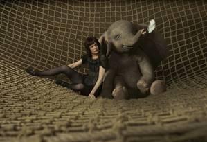 Eva Green e o elefantinho Dumbo, de Tim Burton Foto: Divulgação / Divulgação