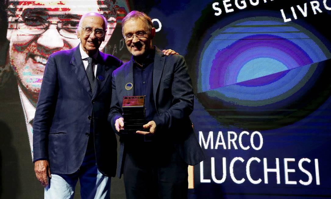 O vencedor da categoria Segundo Caderno/Livros, Marco Lucchesi, presidente da ABL, recebe o prêmio do colunista Zuenir Ventura Foto: Pablo Jacob / Agência O Globo