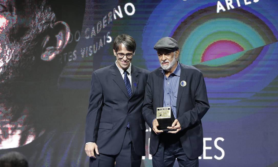 O artista plástico Cildo Meireles recebe o prêmio da categoria Segundo Caderno/Artes Visuais do editor executivo Alessandro Alvim Foto: Márcio Alves / Agência O Globo