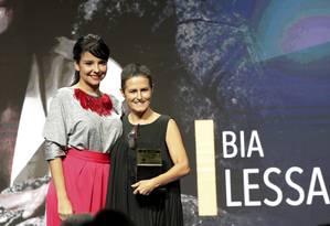 A diretora Bia Lessa com o prêmio entregue pela editora de Cultura Fátima Sá Foto: Marcos Ramos / Agência O Globo
