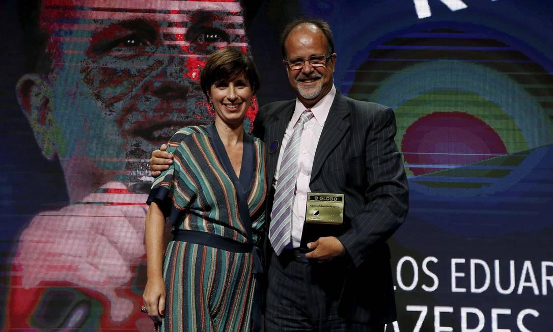 O fundador da Orquestra Maré do Amanhã, Carlos Eduardo Prazeres, foi o vencedor na categoria Rio e recebeu o prêmio da editora Gabriela Goulart Foto: Pablo Jacob / Agência O Globo