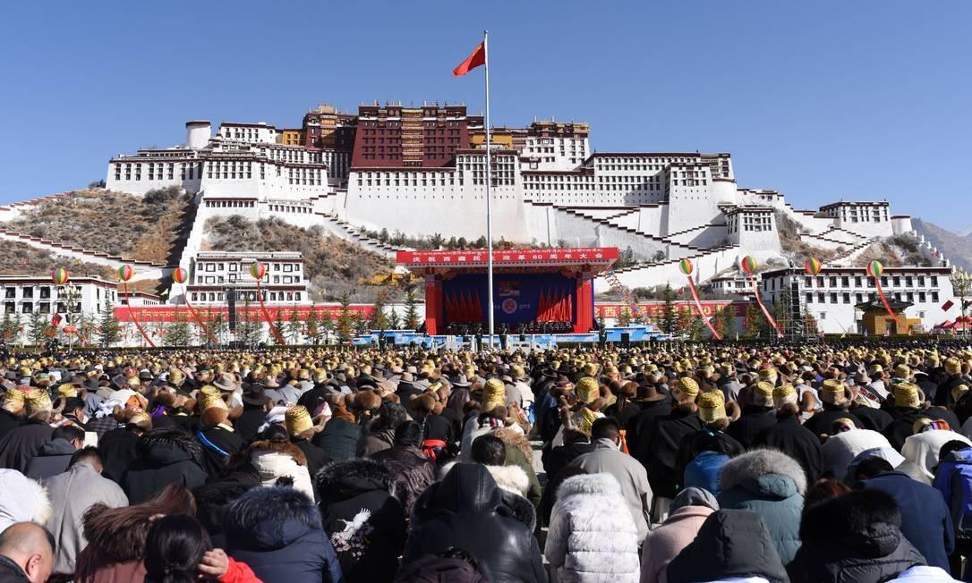 Pessoas celebram o 60º aniversário da reforma democrática, no Dia da Emancipação dos Servos Tibetanos, em Lhasa Foto: CHINA STRINGER NETWORK / REUTERS