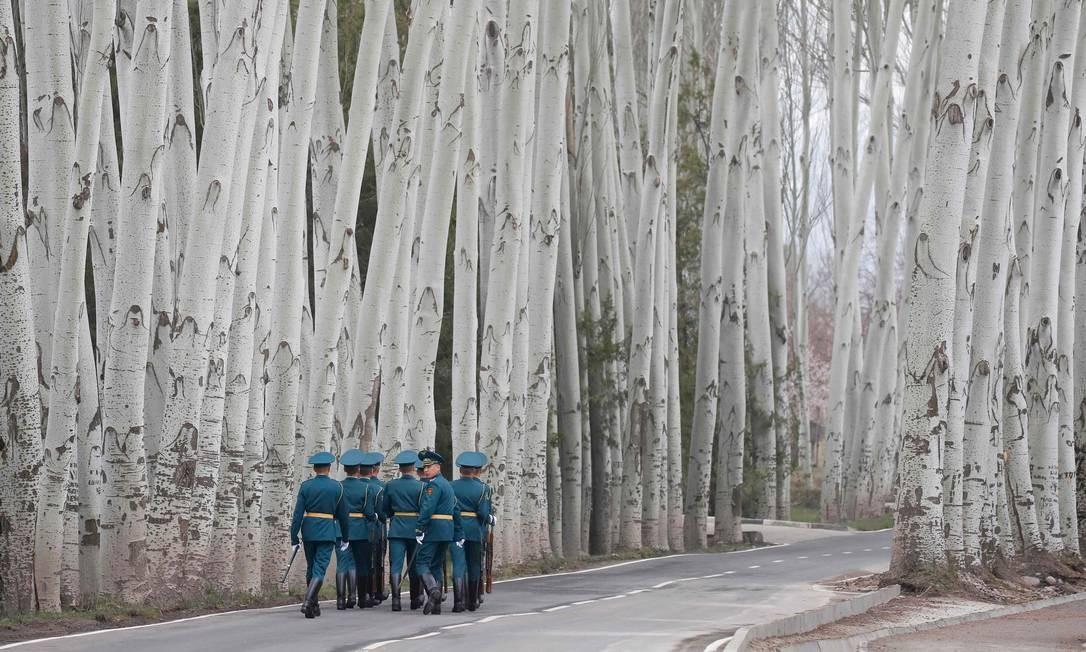 Guardas de honra quirguizes se afastam depois de uma cerimônia de boas-vindas com a participação dos presidentes Vladimir Putin, da Rússia, e Sooronbay Jeenbekov, do Quirguistão, em Bisqueque Foto: MAXIM SHEMETOV / AFP