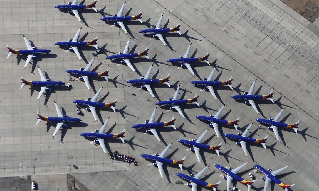 Aviões Boeing 737 MAX da Southwest Airlines estacionados no aeroporto da Califórnia do sul, em 27 de março, em Victorville. A Southwest Airlines está esperando uma aterrissagem global de aeronaves MAX 8 e MAX 9 no aeroporto Foto: MARIO TAMA / AFP