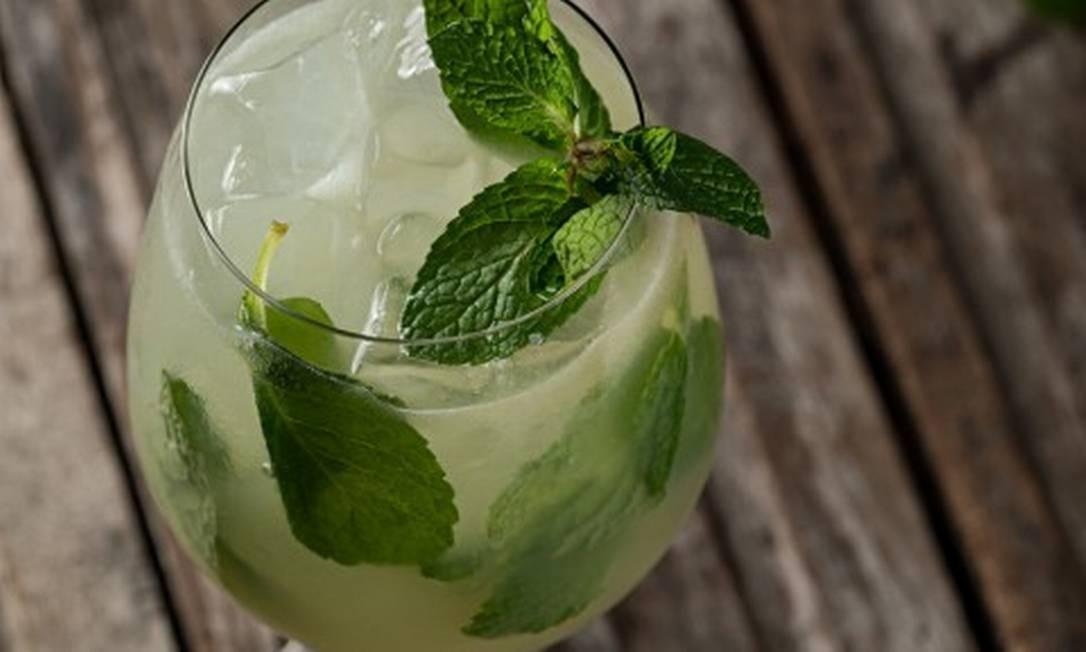 Cinco sugestões na carta, como a limonada ruba com limão, hortelã, gengibre açúcar e água com gás Foto: Rodrigo Azevedo / Divulgação/Rodrigo Azevedo
