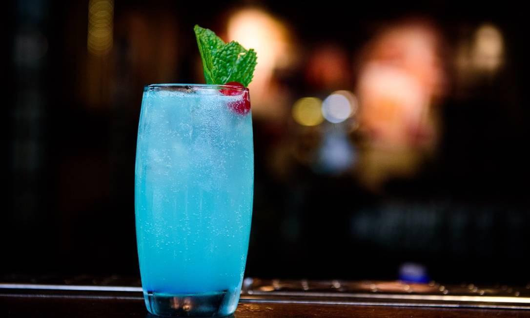 A Liga tem o Sensação: soda azul com xarope de curaçau blue, limão e baunilha Foto: Divulgação