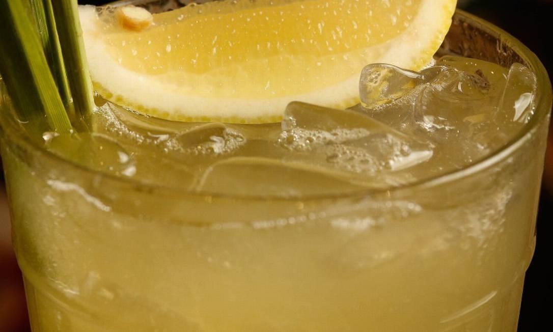 Gusto: Di Angelo: limão, soda de capim-santo e gengibre; na versão original, ele leva gim Foto: Agência O Globo/Roberto Moreyra