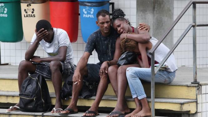 Parente consola Kelly, a mãe da jovem grávida morta pelo namorado com um tiro na cabeça Foto: Pedro Teixeira / Agência O Globo