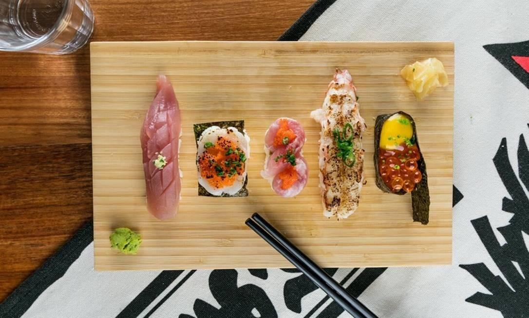 Ko Ba: sushi do chef tem de vieiras a grilo frito Foto: Divulgação/Tomas Rangel