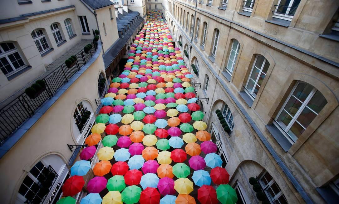 Inaugurada hoje, a obra leva mais de 800 sombrinhas à galeria Village Royal Foto: Chesnot / Getty Images