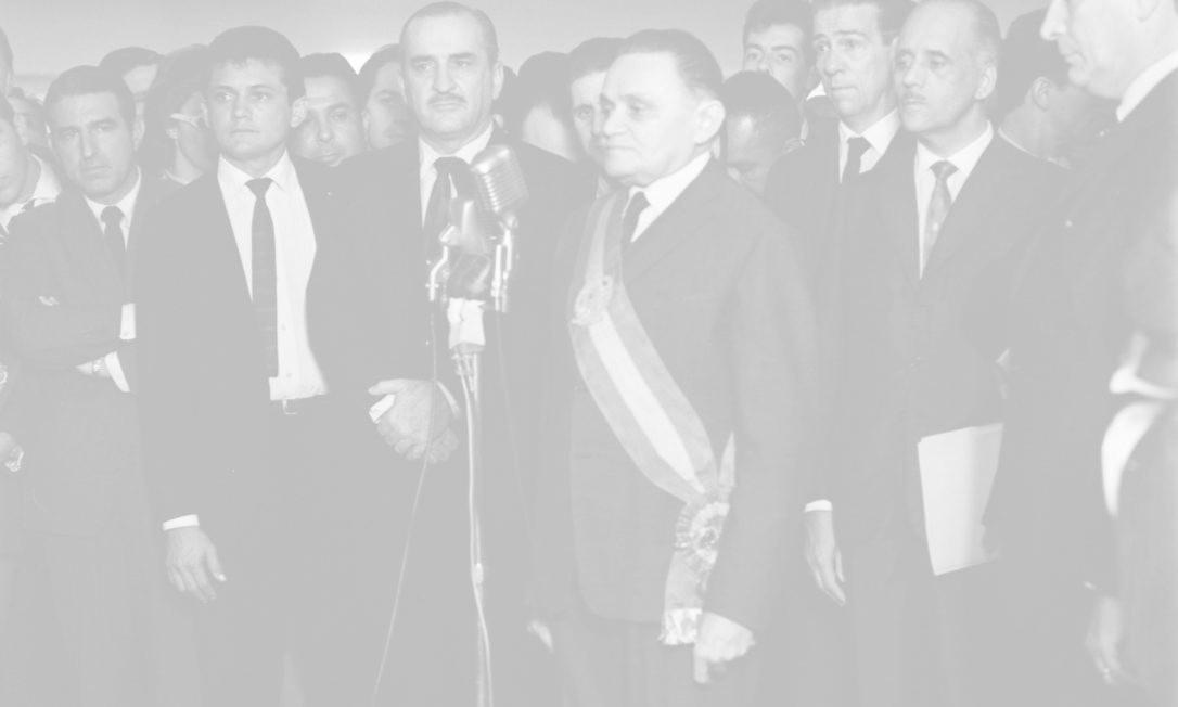 No dia 11 de abril, o Congresso votou o nome do novo presidente da República, o general Humberto de Alencar Castelo Branco, um dos articuladores do golpe militar, que tomou posse no dia 15 (foto). A partir de então, o país passou por 21 anos de ditadura, numa sucessão de presidentes militares. Em janeiro 1967, o Congresso aprovou o texto da nova Constituição, submetida ao parlamento por Castelo Branco antes de deixar o poder. Foi a quinta Carta Magna da história do Brasil, a quarta desde a proclamação da República Foto: Arquivo