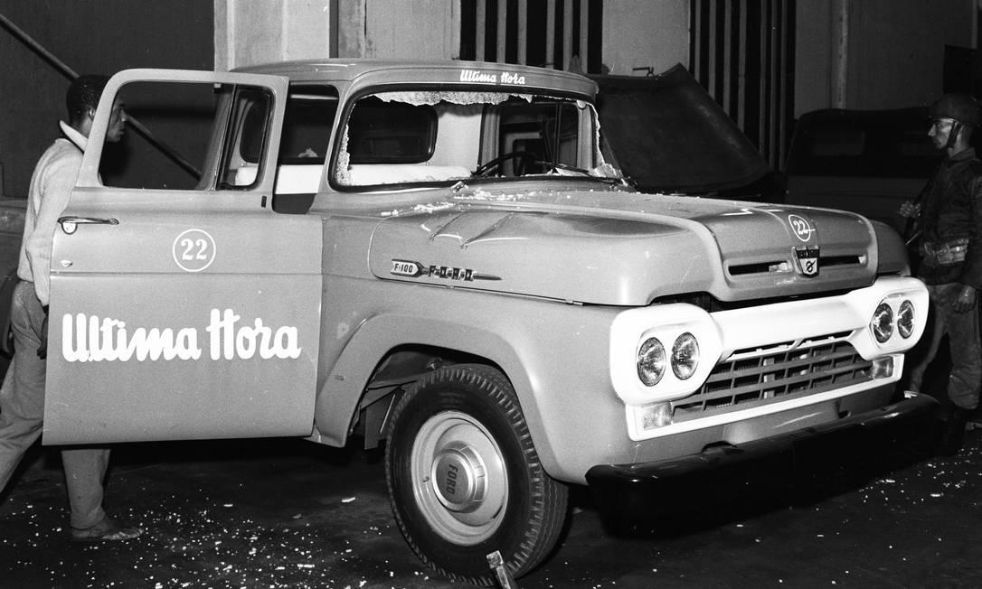 Carro do jornal Última Hora depredado por manifestantes da direita. Diário carioca era um um dos poucos jornais que apoiava o governo de João Goulart Foto: Agência O Globo