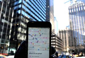 O app Lyft num iPhone na Park Avenue, em Nova York. Foto: TIMOTHY A. CLARY / AFP
