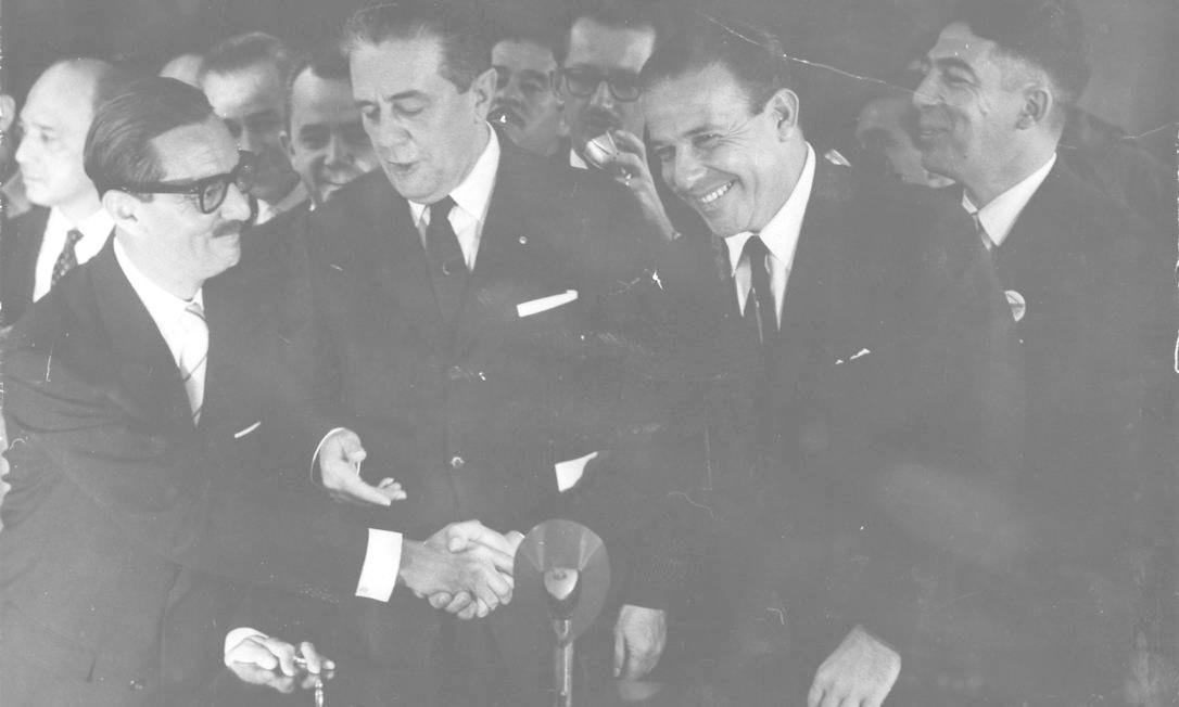 A chapa Jan-Jan. Após governar o estado de São Paulo, Jânio Quadros (à esquerda) venceu as eleições de 1960 com apoio da UDN, obtendo 48% dos votos. Tomou posse em 31 de janeiro de 1961, tendo como vice seu opositor João Goulart (à direita), do PTB. Naquela época, a votação para escolha de presidente e vice ocorria separadamente Foto: Agência Nacional