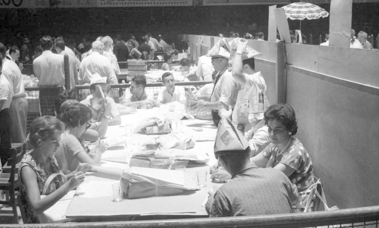 Em pouco mais de um ano, o Brasil teve três primeiros-ministros. A instabilidade do parlamentarismo desagradou a maioria e fez crescer o número de pessoas que defendiam a volta do presidencialismo. As pressões foram tantas que o Congresso Nacional se viu forçado a antecipar o plebiscito, que ocorreu em 6 de janeiro de 1963 (foto). A consulta popular deu ampla vitória à volta do presidencialismo, fortalecendo, por ora, o governo de Jango Foto: Agência O Globo / Agência O Globo