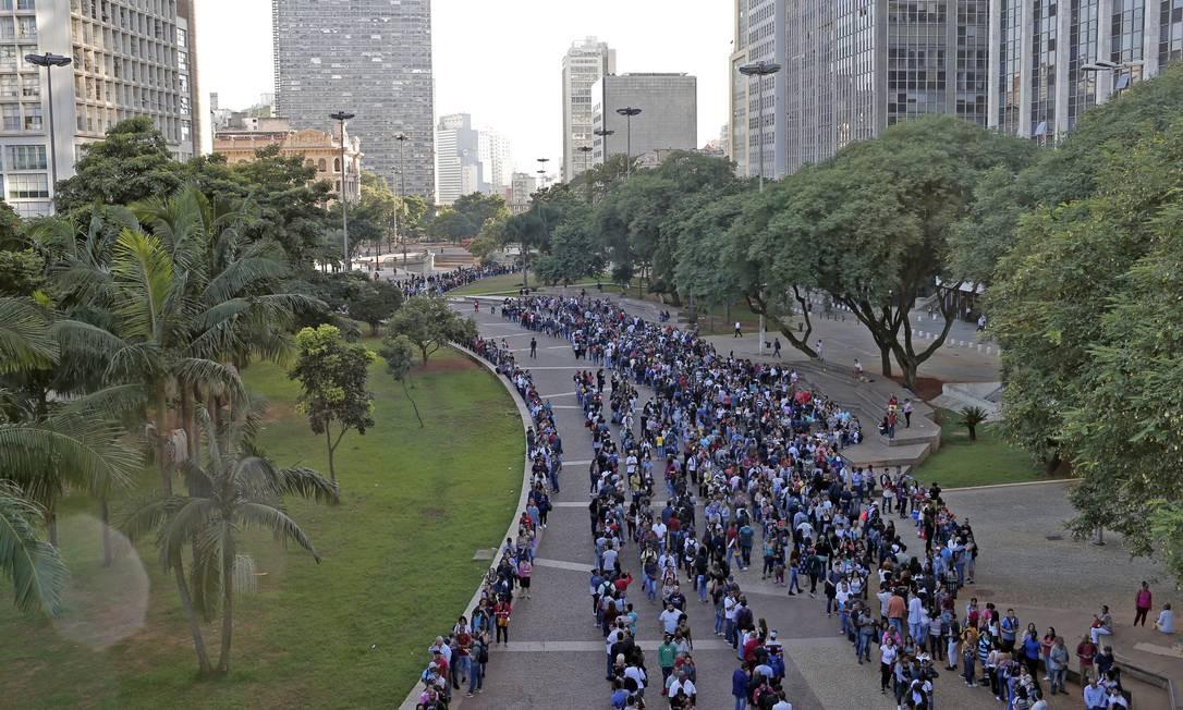 Fila quilométrica: milhares de desempregados tentam se candidatar a uma vaga no mutirão do emprego realizado esta semana em São Paulo Foto: Edilson Dantas / Agência O Globo