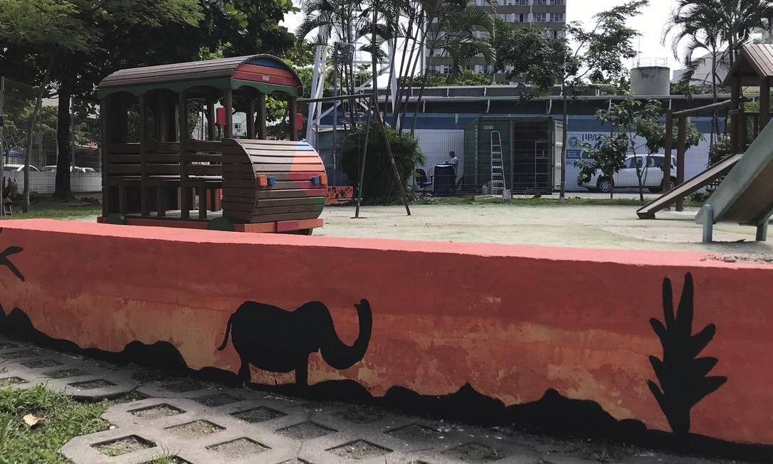 Pôr do sol. Pintura dos bancos da praça, com silhuetas de elefantes, remete à savana africana e foi feita por garis Foto: gência O Globo / Júlia Amin