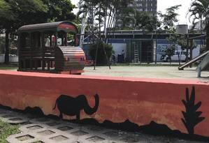 Pôr do sol. Pintura dos bancos da praça, com silhuetas de elefantes, remete à savana africana e foi feita por garis Foto: Agência O Globo / Júlia Amin