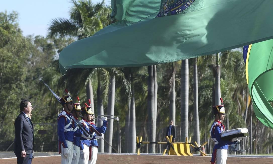 O presidente Jair Bolsonaro na cerimônia de hasteamento da bandeira no Palácio da Alvorada Foto: Antônio Cruz/ Agência Brasil