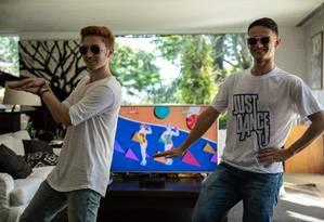 O turco Umutcan Tütüncü, bicampeão da competição, e o brasileiro Tarcísio dos Santos Júnior estão entre os finalistas do campeonato mundial de 'Just Dance' Foto: GABRIEL MONTEIRO / Agência O Globo